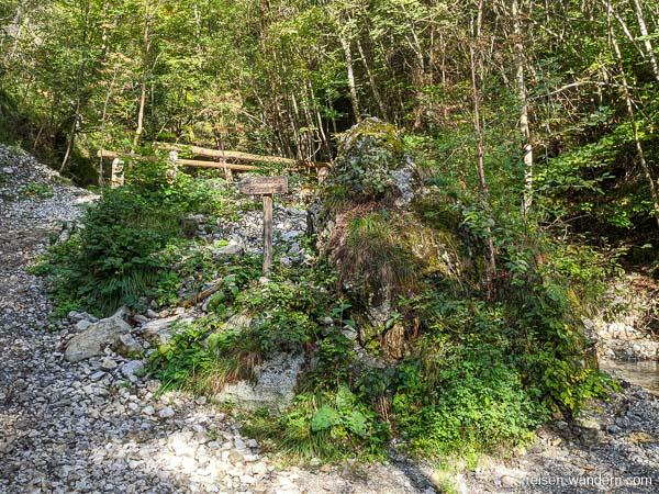 Holzbrücke mit Hinweisschild zum Klettersteig Signora delle Acq