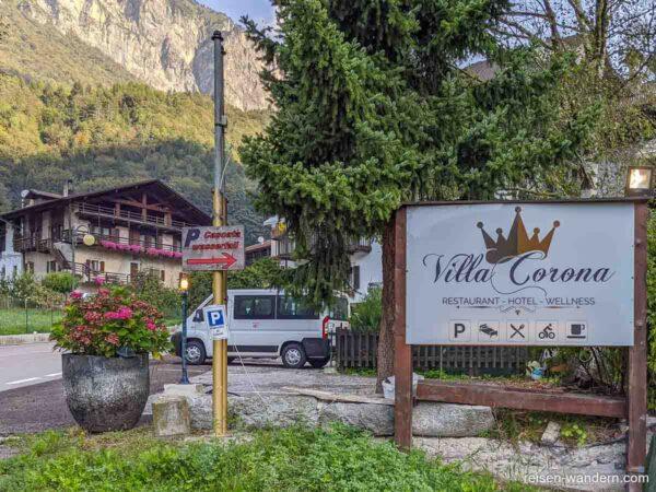 Hinweisschild der Villa Corona am Parkplatz