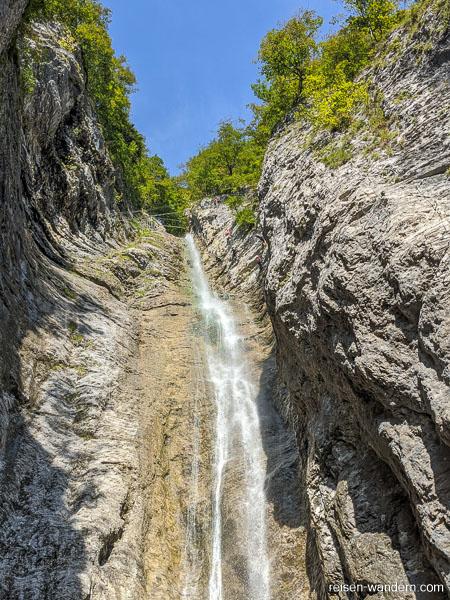 Blick auf den Wasserfall mit Seilbrücken im oberen Bereich des