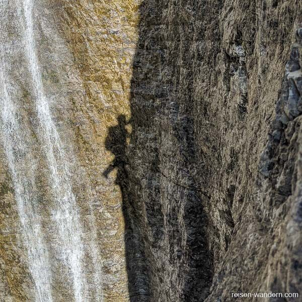 Schattenspiele an der Felswand des Via Ferrata Signora delle Acq