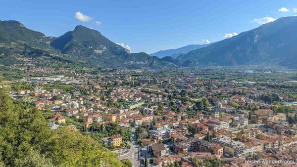 Blick auf Riva del Garda von der Aussicht beim Cima SAT
