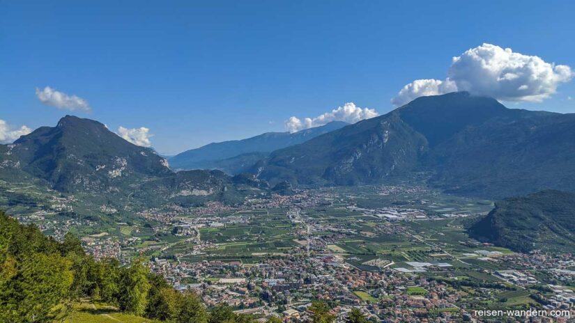 Panorama von Riva del Garda mit Gardaseebergen