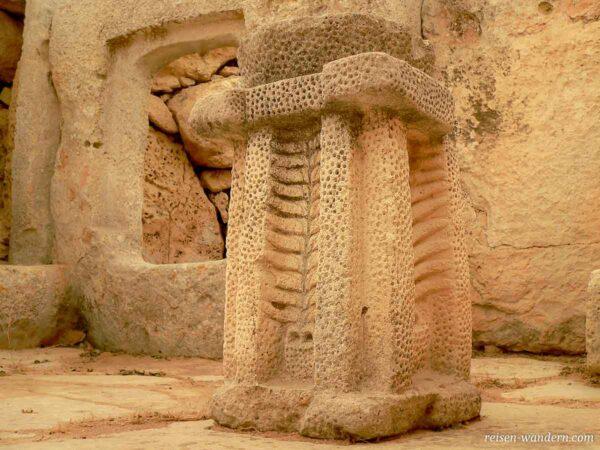 Sockel mit Lochverzierungen im Hagar Qim Tempel