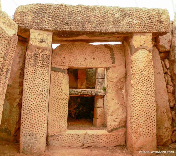 Türen mit Lochmuster verziert im Mnajdra Tempel