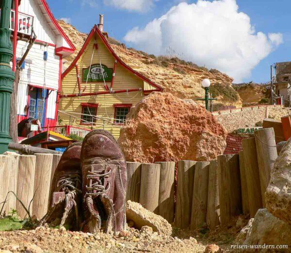 Grab mit Schuhen in Popeye Village