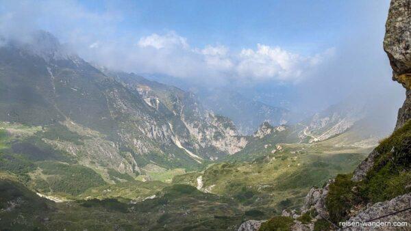 Blick vom Cinque Cime ins Tal mit Abstiegsweg