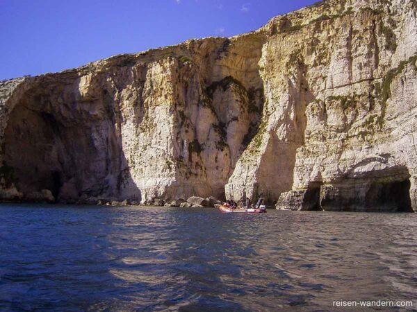 Boot vor der Felswand der Blauen Grotte