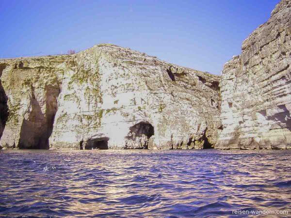 Einfahrt zu Blauen Grotte
