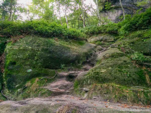 Markierungen am Felsen bei der Rotkehlchenstiege