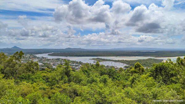 Blick auf Noosa Heads mit Mangrovenwald