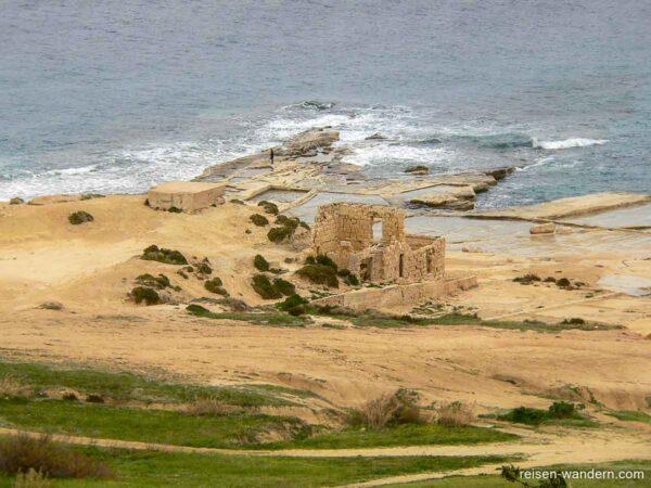 Blick vom Fort Campbell auf Ruinen an der Küste