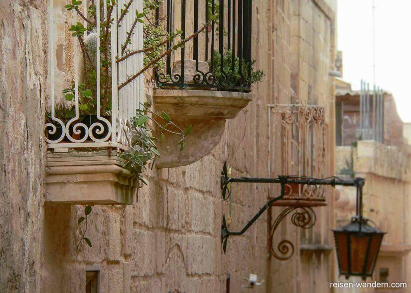 Häuserfassade mit Balkons in Mdina
