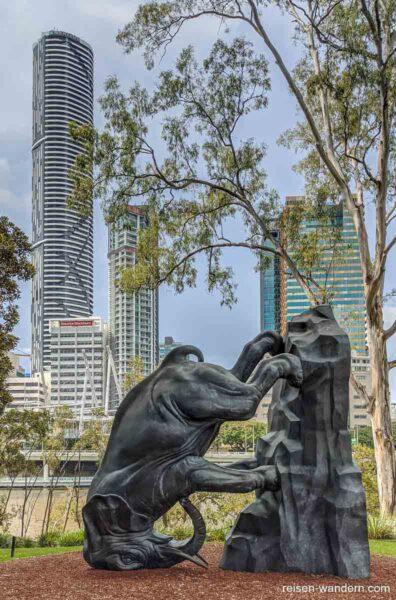 Statue eines umgekippten Elefanten in Brisbane