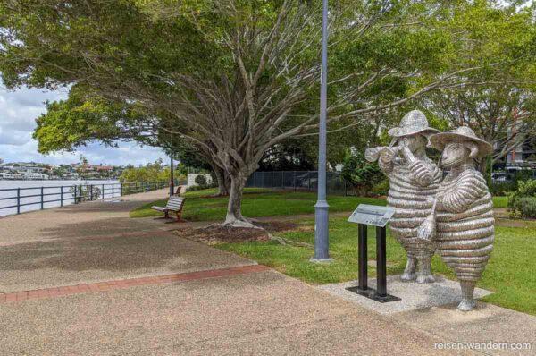 Skulptur von zwei musizierenden Schafen