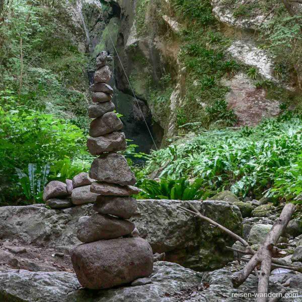Steinmännchen im Tal des Via ferrata Rio Sallagoni
