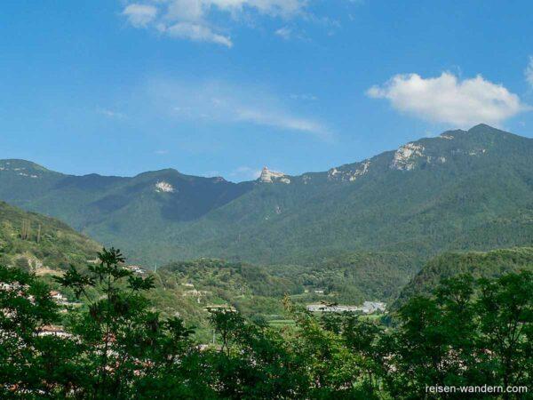Blick vom Castello Drena auf die Berge
