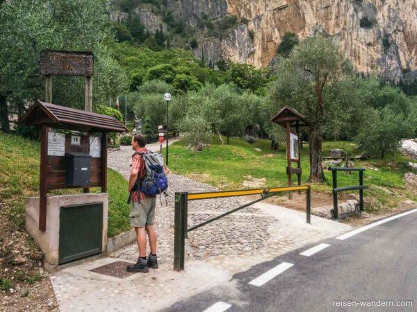Tafeln mit Hinweisen zum Klettergebiet am Colodri
