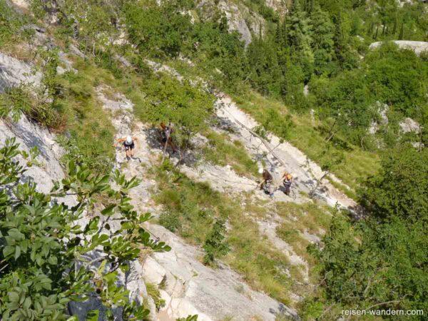 Weg mit Kletterern am Sentiero attrezzato del Colodri
