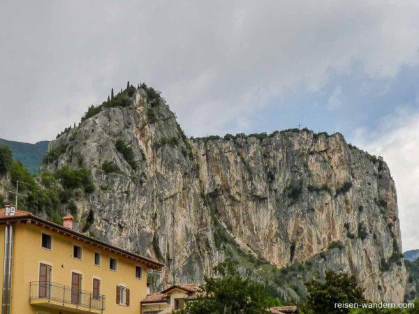 Felsmassiv bei Arco mit Klettersteig