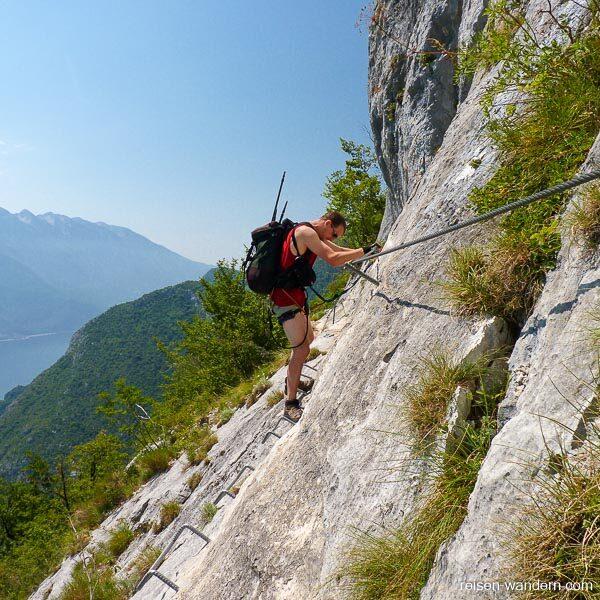 Querung am Felsen am Klettersteig Mario Foletti
