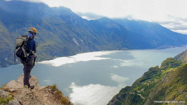 Blick vom Gipfel des Fausto Susatti auf den Gardasee