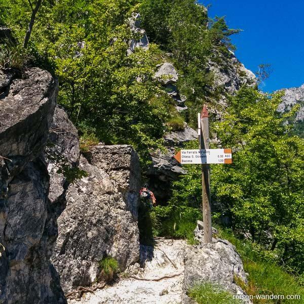 Wegweiser zum Klettersteig Mario Foletti am Ende des Fausto Susa
