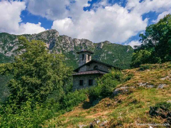 Gebäude auf dem Weg zum Cima Rocca