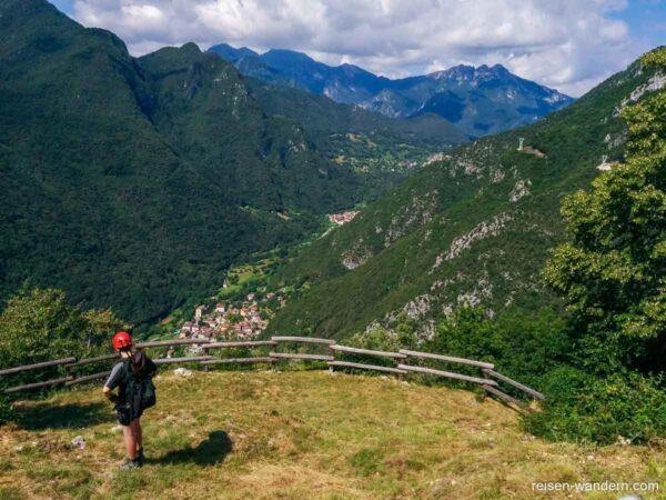 Blick auf Biacesa beim Zustieg zum Cima Rocca