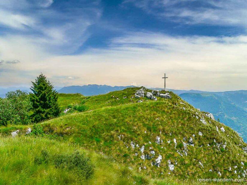 Gipfelkreuz auf dem Monte Biaena am Gardasee