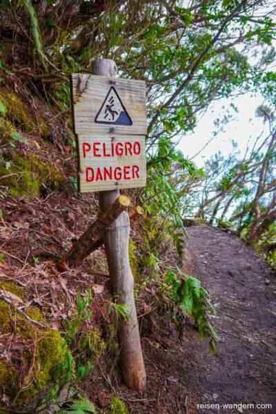 Warnschild Ausrutschgefahr im Anaga Gebirge auf Teneriffa