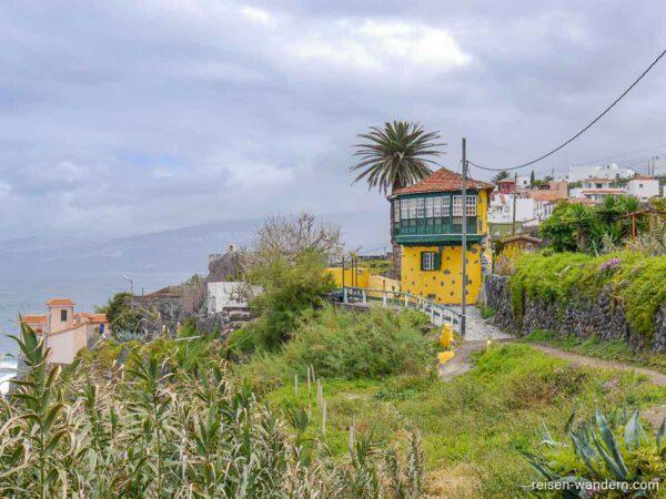 Gelb-grünes Eckhaus in San Juan la Rambla