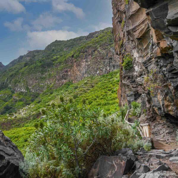 Der Wanderweg an einer Felswand im Barranco de Ruiz