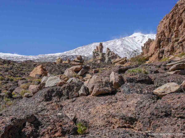 Felsen am Roques de Garcia und verschneiter Teide