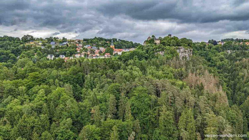 Blick von der Hocksteinaussicht nach Hohnstein