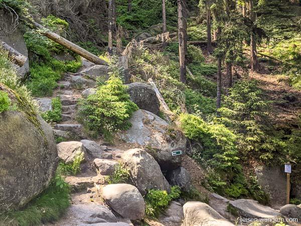 Abstieg von Bergpfad mit Sperrhinweis in 2021