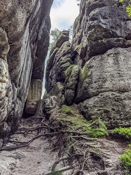 "1. Felsdurchgang auf dem Bergweg ""Stille Gründe"""
