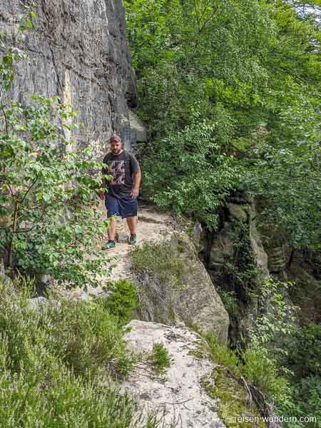 """Pfad """"Unterer Terrassenweg"""" an Felswand"""