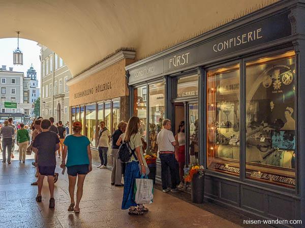 Durchgang mit Geschäften in Salzburg