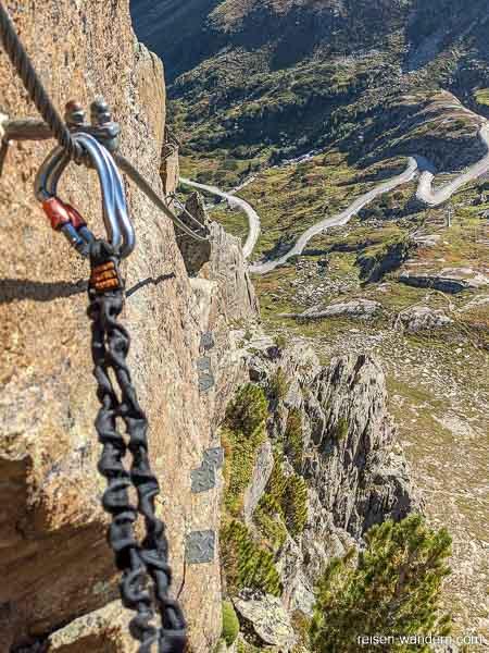 Außenwand des Klettersteig Fernau mit Steighilfen