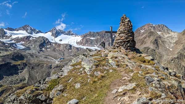 Gipfelkreuz und Steinmonument auf dem  Egesengrat
