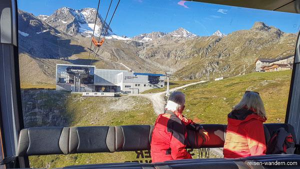 Blick aus Seilbahngondel auf Mittelstation der Eisgrat Seilbahn
