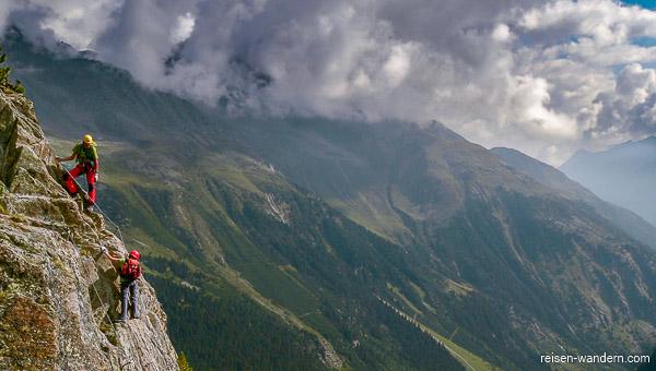 Kletterer am Außengrat des Klettersteig Fernau