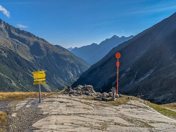 Wegweiser zu Klettersteigen und Blick ins Stubaital