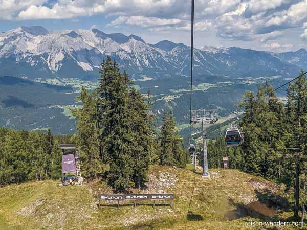 Seilbahn Preunegg Jet mit Dachsteingebirge