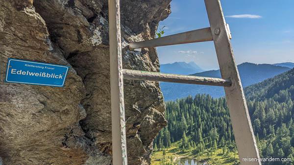 Eisenleiter am Klettersteig mit Schild Edelweißblick