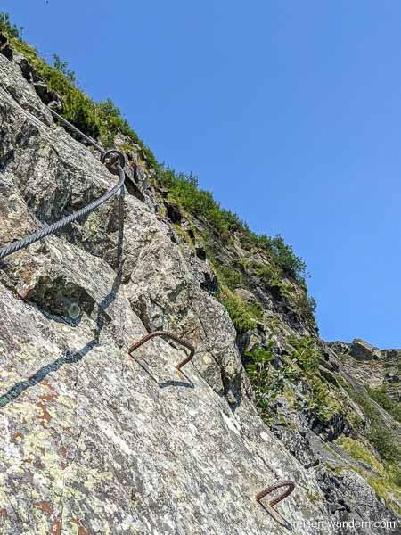 Eisenkrampen und Stahlseil am Franzi Klettersteig