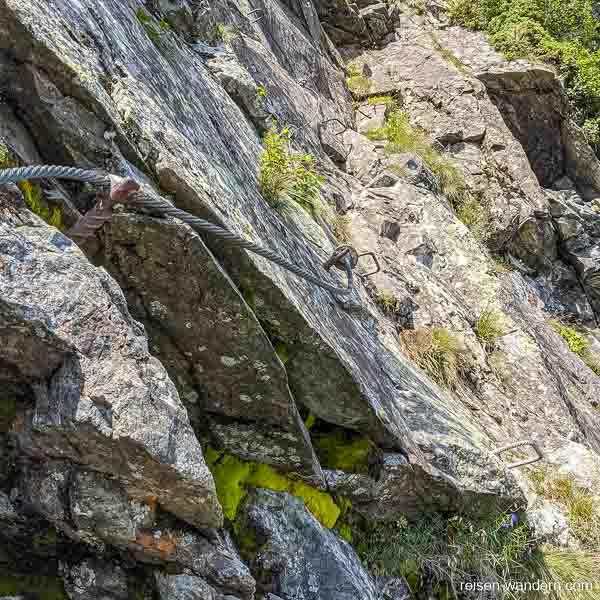 Stahlseil mit Eisentritten am Franzi Klettersteig