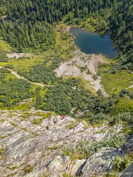 Kletterer am Fuß des 2. Abschnitts des Klettersteigs