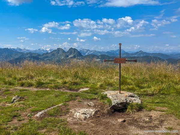 """Gipfelkreuz mit Slogan """"Berg Heil"""" am Ausstieg."""