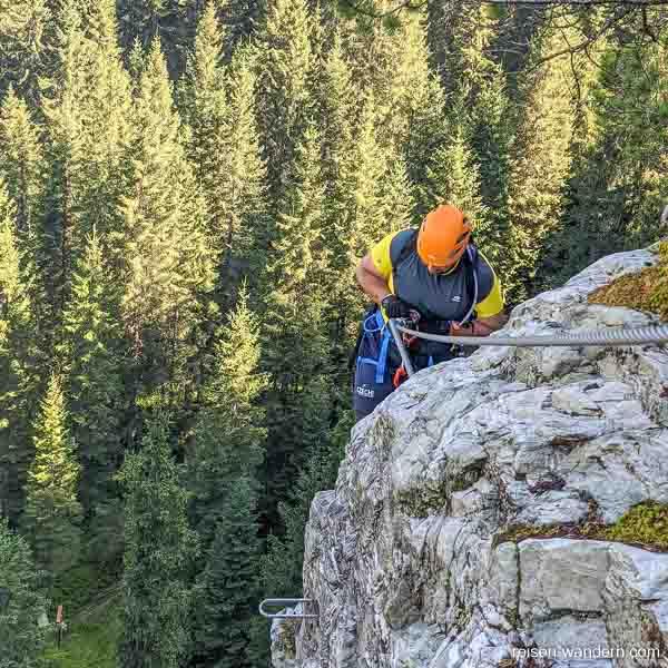 Seilsicherungen und künstliche Tritte am Seewand Klettersteig